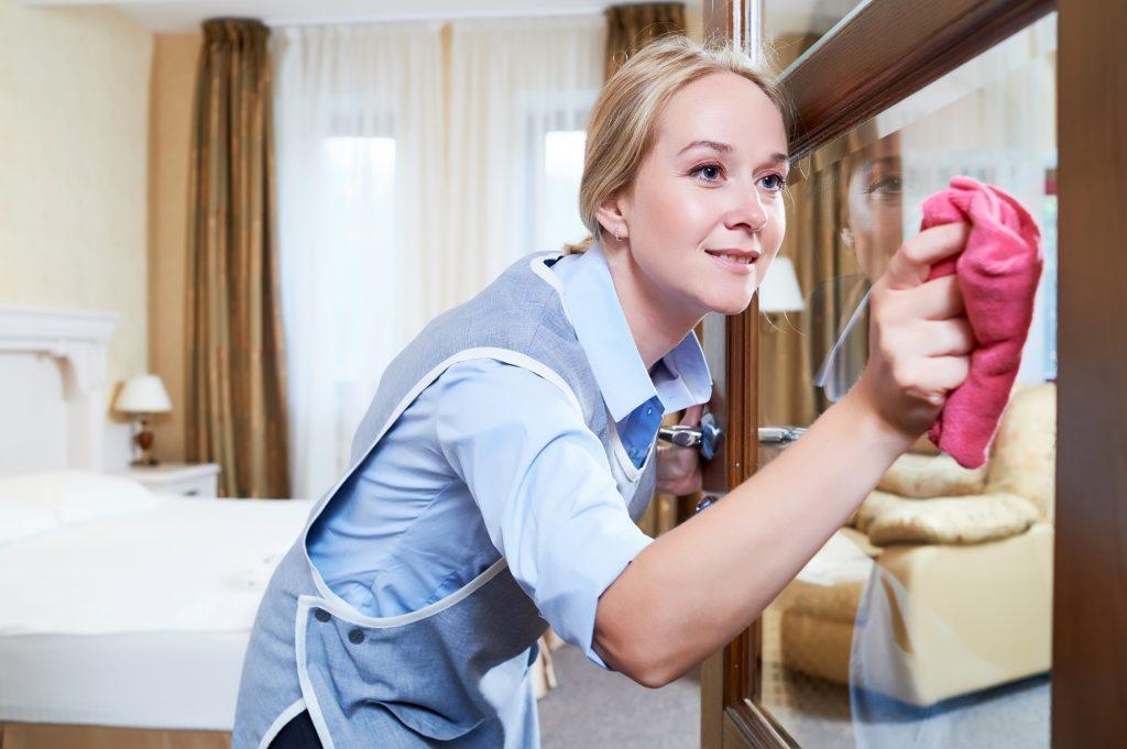 nainen-siivoaa